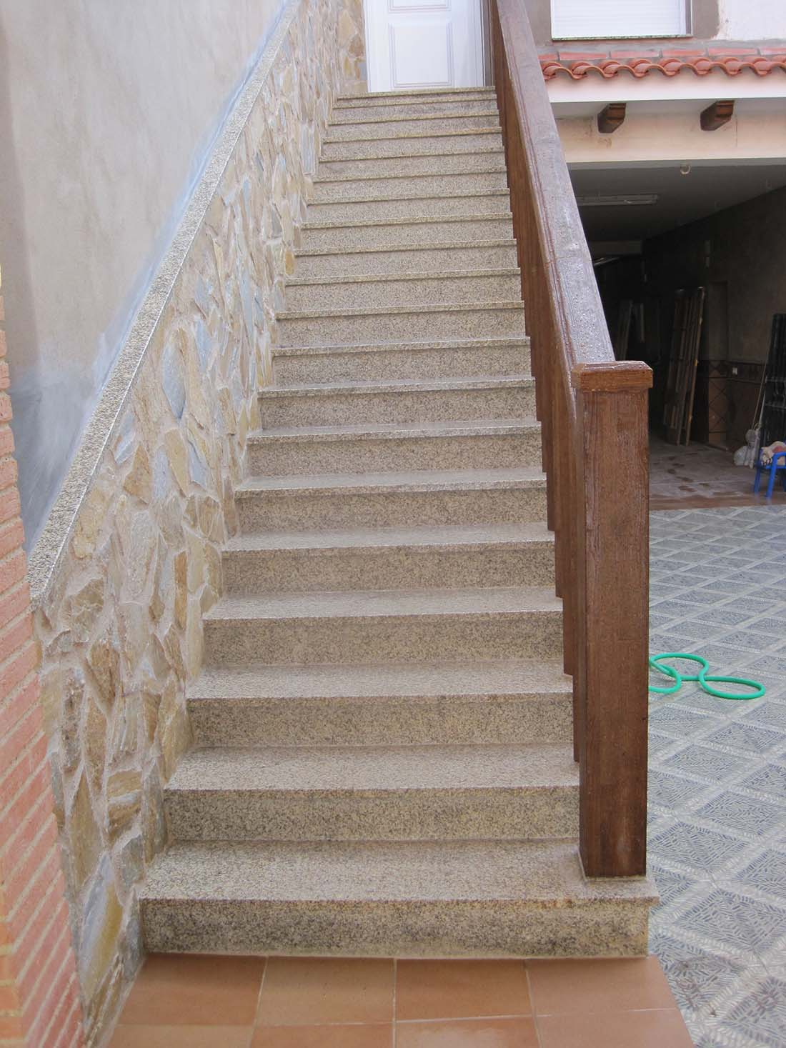 Tipos de escaleras para interiores perfect escalera baja for Escalones para escaleras exteriores